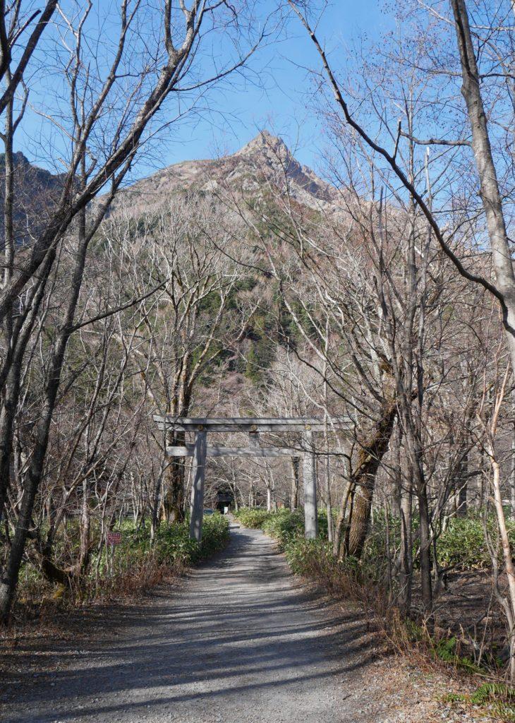 穂高神社奥宮の鳥居。奥には明神岳。